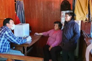 Dirección de Desarrollo Comunitario de Pucón continúa entregando canastas familiares y almuerzos